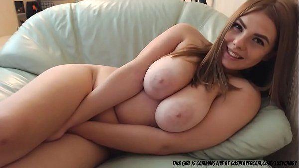 Gata nua de peitos grandes gozando na webcam