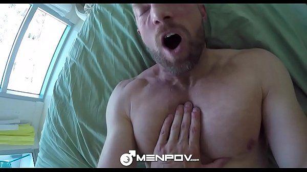 Homem masturbando namorado e depois fodendo