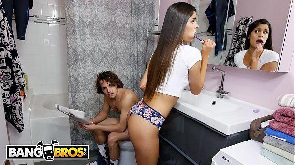 Novinha fazendo sexo com seu irmão no banheiro